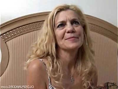 Lovely lady lies back and fucks her juicy pussy for you